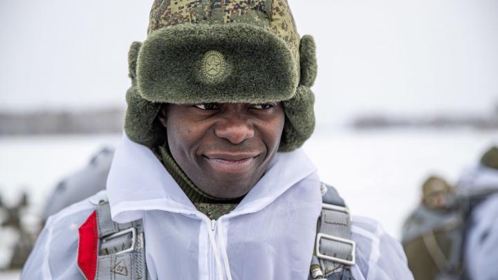 Темнокожие курсанты прыгнули с парашютом под Новосибирском — 14 захватывающих кадров с аэродрома