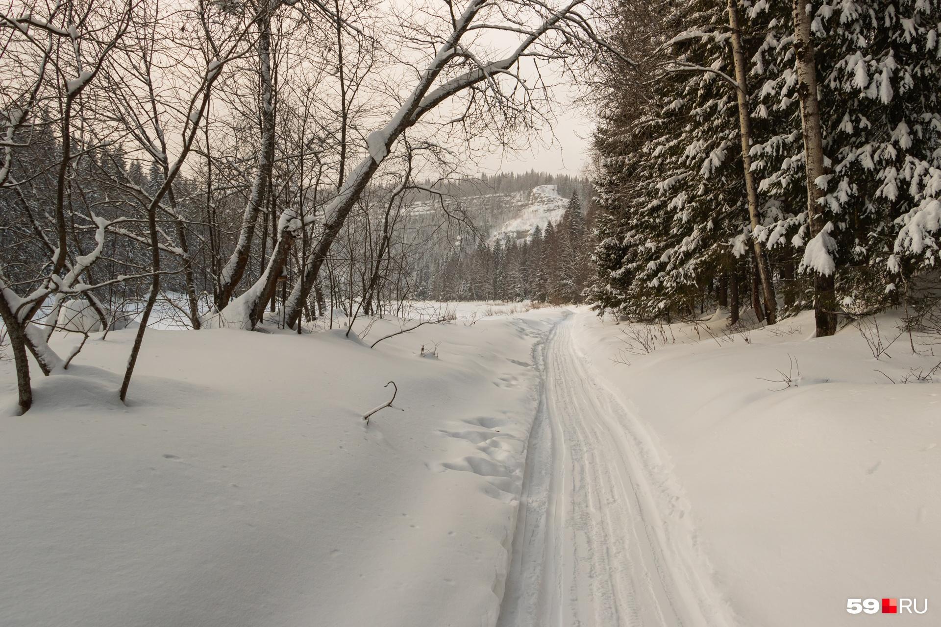 Местами дорога укатана снегоходами