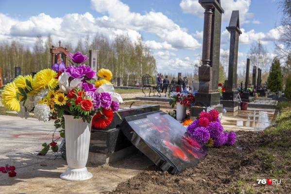 На многих могилах были сломаны памятники