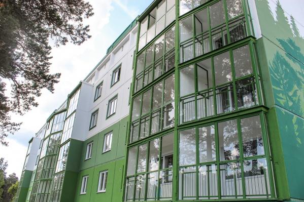 В дизайн-коде — зелено-изумрудные тона. Для росписи домов застройщик пригласил известных новосибирских художников