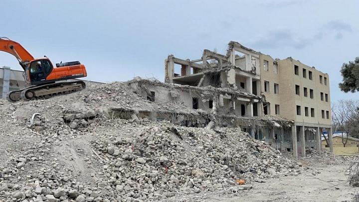 В Анапе заканчивают сносить дом, застройщик которого пытался покончить с собой
