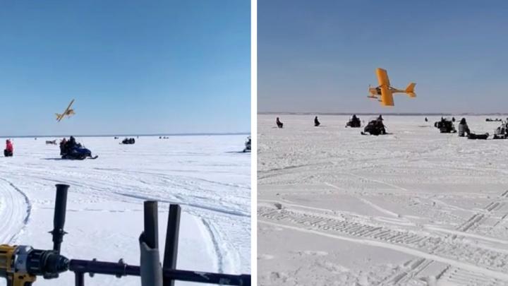 Спортивный самолет пролетел в нескольких метрах над сотнями рыбаков на Обском море — пугающее видео
