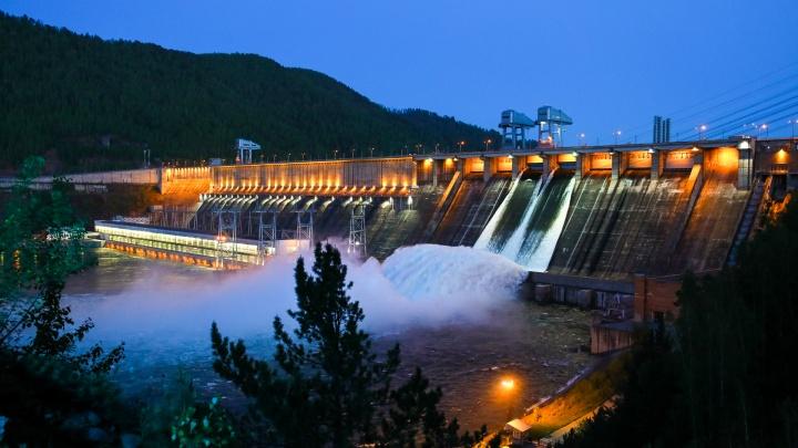 На Красноярской ГЭС открыли третий затвор для сброса воды. Как долго это будет продолжаться?