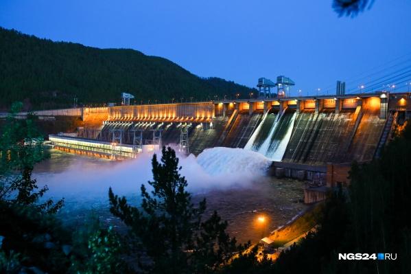 Ночной водосброс на Красноярской ГЭС