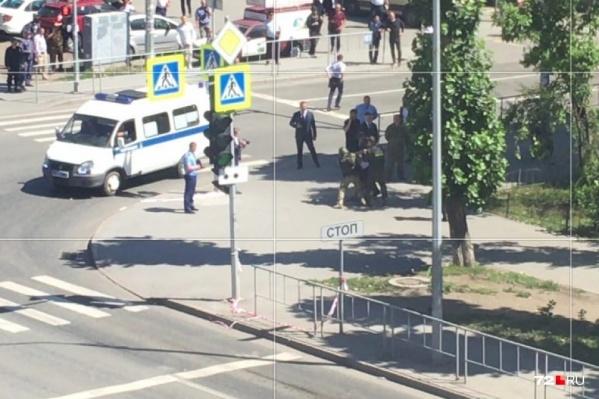 7 июля мужчина зашел в отделение банка и взял в заложники сотрудников