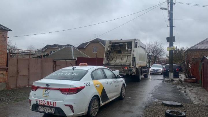В Ростове такси протаранило мусоровоз и впечатало рабочего в грузовик. Оказалось, водитель был пьян