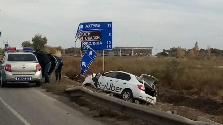 От удара влетел в дорожный указатель: на трассе под Волгоградом два человека пострадали в аварии с такси