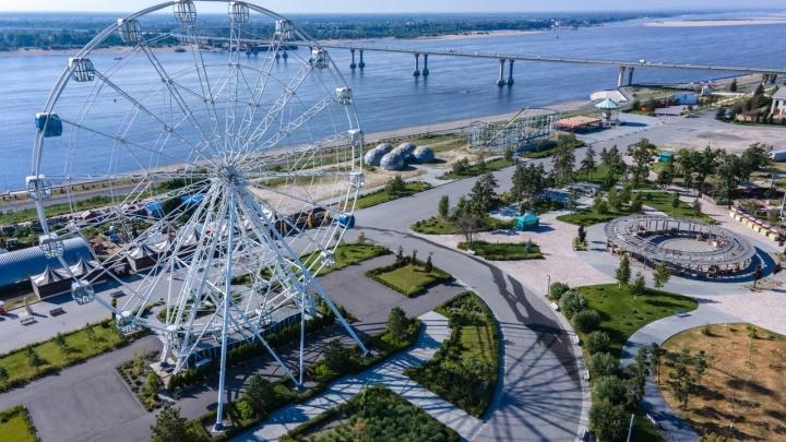Зеленеющий ЦПКиО, пляжи, Волга и безлюдье: показываем раскаленный летним солнцем Волгоград с высоты