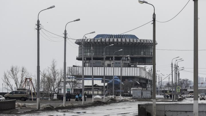 На Нулевой Продольной Волгограда фура уперлась «лбом» в надземный переход