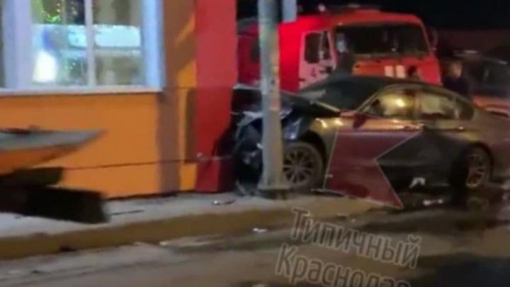 В Краснодаре «БМВ» спровоцировал аварию с двумя машинами и въехал в кафе