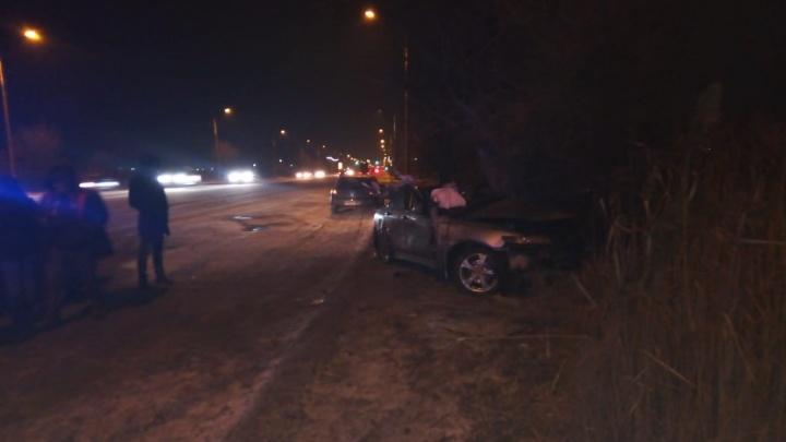 На юге Волгограда иномарка врезалась в дерево. Женщину-водителя зажало в искореженном авто