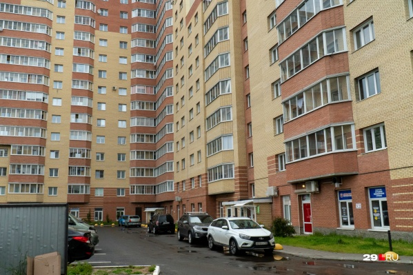 Дом на Вологодской выглядит благополучным, в нем живут обычные люди: месяцами никто не замечал секс-притон в одной из квартир