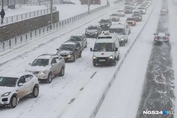 Большинство аварий с пострадавшими в Красноярске этой зимой произошло из-за неубранных дорог, считают в ГИБДД