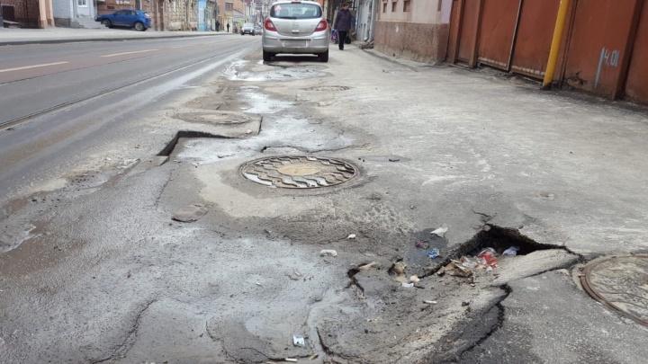 В Шахтах отказались от идеи наказать пенсионера, который сам латал ямы на дорогах