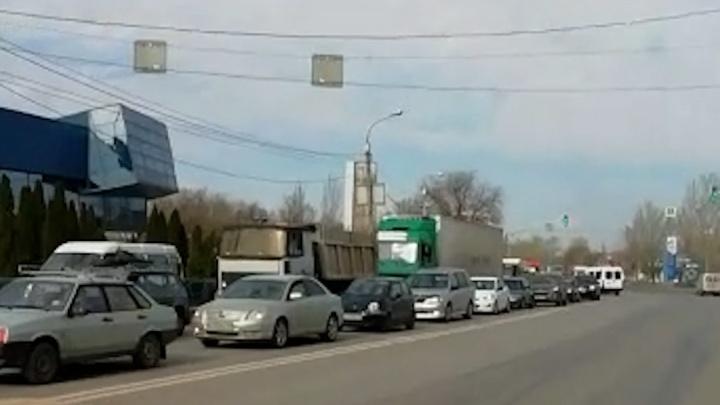 «Помогите нам! Мы снова в беде»: Красноармейский район Волгограда сковали дикие пробки