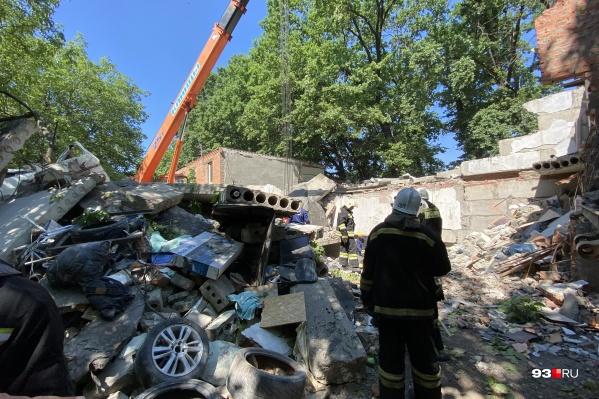 На месте взрыва работают сотрудники МЧС