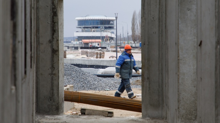 «Три года постоянных срывов и смены руководства»: показываем, что скрывается за заборами набережной Волгограда