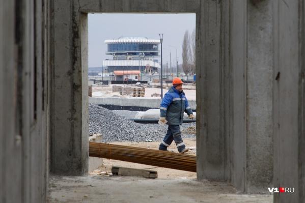 Несмотря на морозную погоду, рабочие продолжают строить ступени амфитеатра