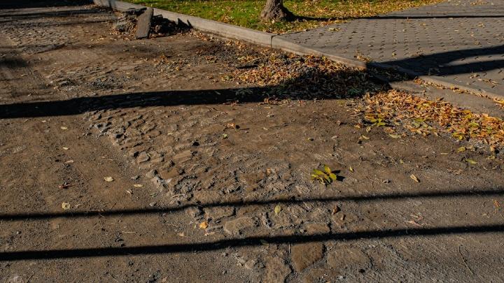 На Тихом Компросе под слоем асфальта обнаружили историческую брусчатку. Власти хотят закатать ее обратно