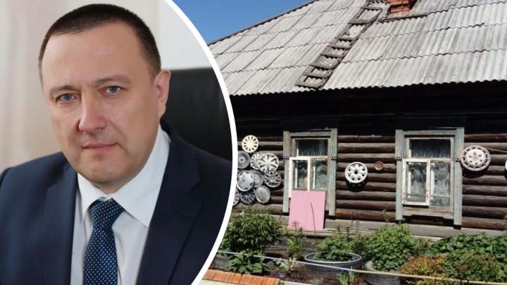 В Свердловской области горящий дом прибежал тушить мэр. Здание удалось отстоять от огня