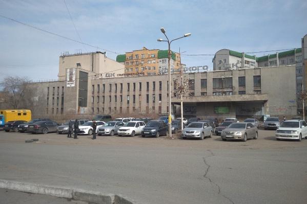 Несколько лет назад отремонтировать здание вызвался бизнесмен Валерий Кокорин, но переговоры с мэрией зашли в тупик