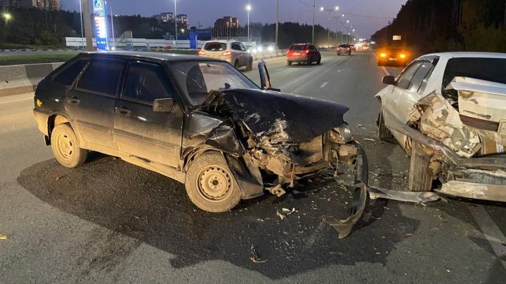 На Бердском шоссе «Тойота» дважды попала в ДТП — один человек в больнице