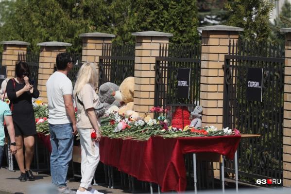 У гимназии, где произошла трагедия, казанцы устроили мемориал