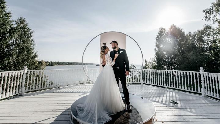 «Вышло примерно 1,3 млн рублей»: смотрим на самые роскошные свадьбы этого лета — как вам торжество на крыше Lukse