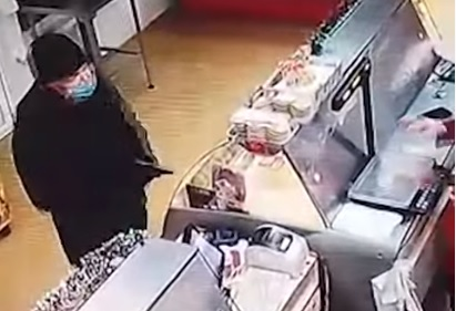 Всё пошло не по сценарию: в Волгограде незатейливый грабитель попытался дважды обчистить магазин — видео