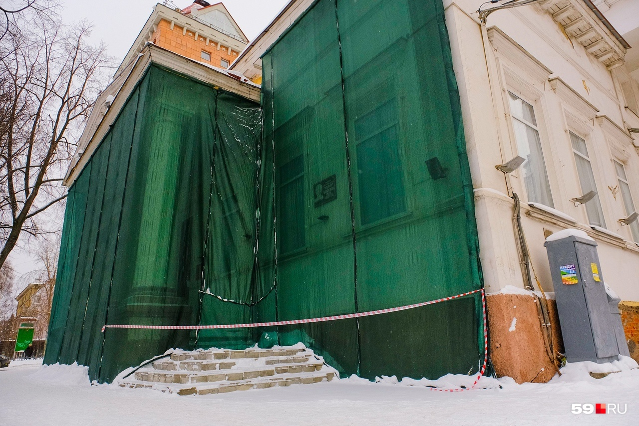Сеткой закрыли северный фасад, именно на нем больше всего осыпается штукатурка, краска и даже кусочки кирпичей