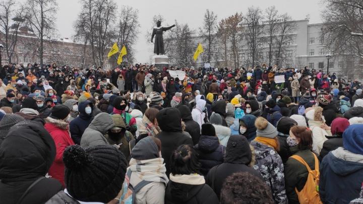 Протестующие в Нижнем Новгороде собрались на площади Минина. Начались задержания