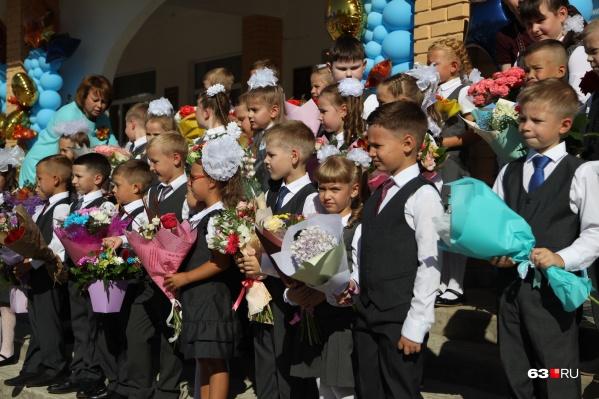 """Торжественные линейки в этом году <a href=""""https://63.ru/text/education/2021/08/18/70085216/"""" class=""""_ io-leave-page"""" target=""""_blank"""">пройдут</a> не для всех школьников"""