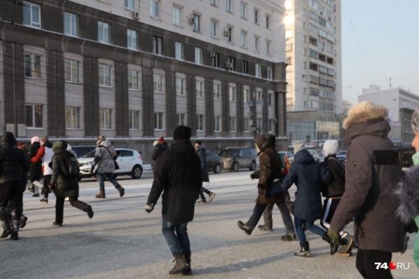 На площади Революции толпа не стала спускаться в подземный переход и двинулась через проезжую часть