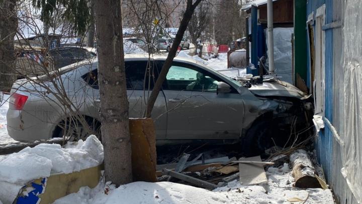 «Люди выползали из машины»: тюменец рассказал о первых минутах ДТП с иномаркой, влетевшей в дом