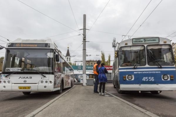 Оплатить проезд со скидкой жители и гости города могут в муниципальных автобусах, троллейбусах и трамваях
