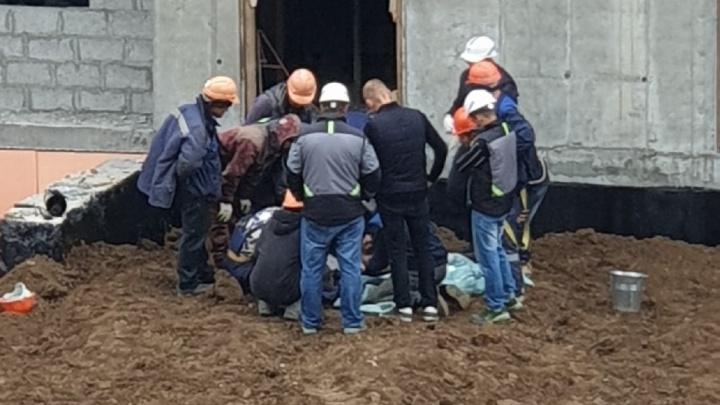 На стройплощадке в Тюмени рабочий сорвался с высоты