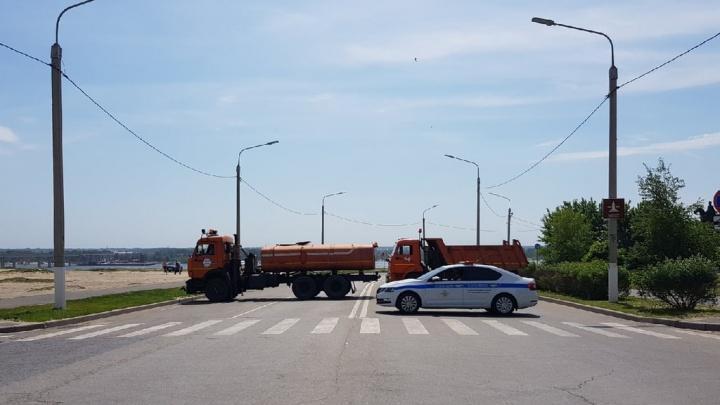 КАМАЗы и полиция на страже: в центре Волгограда полностью перекрыта Нулевая Продольная