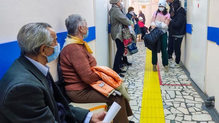 «Дайте я уже здесь умру»: пациенты уфимских поликлиник сидят в очередях по несколько часов