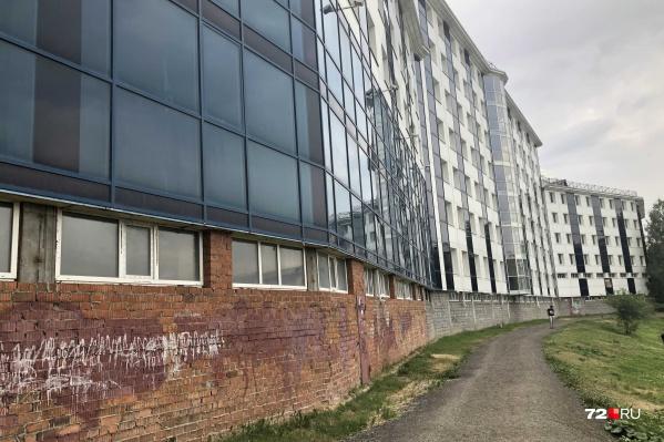 С пластиковых окон так и не сняли защитную пленку. Стены изрисовали местные подростки (следы их художеств периодически закрашивают)