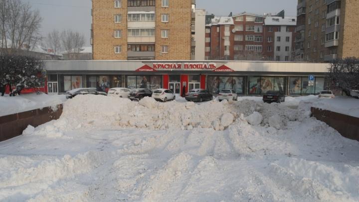«Никакой команды не было»: чиновники оправдались за тонны снега на площадях в центре города