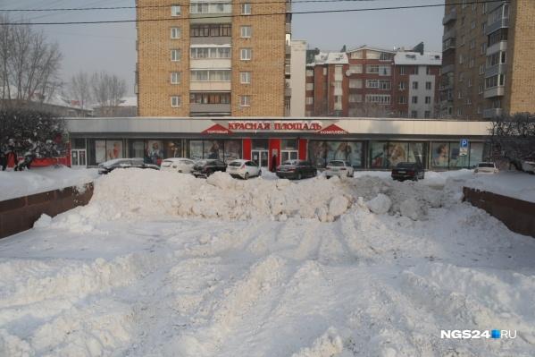 Все подходы к центральным площадям оказались завалены снегом