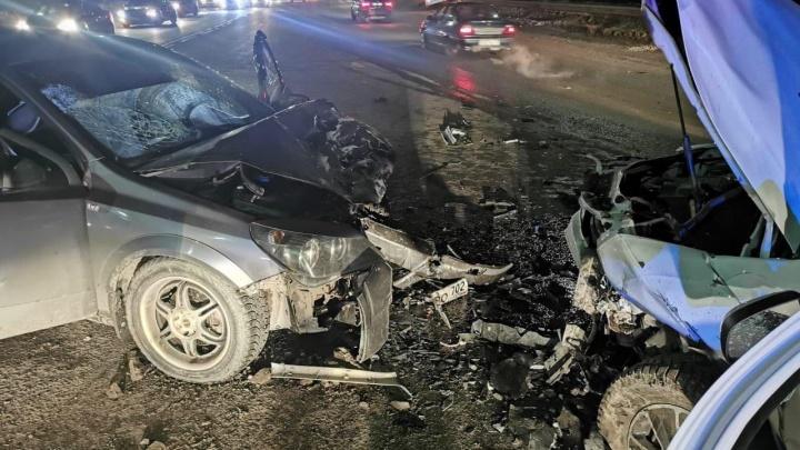 В Уфе столкнулись три машины, пострадали четыре человека. Очевидцы рассказали, как произошло ДТП
