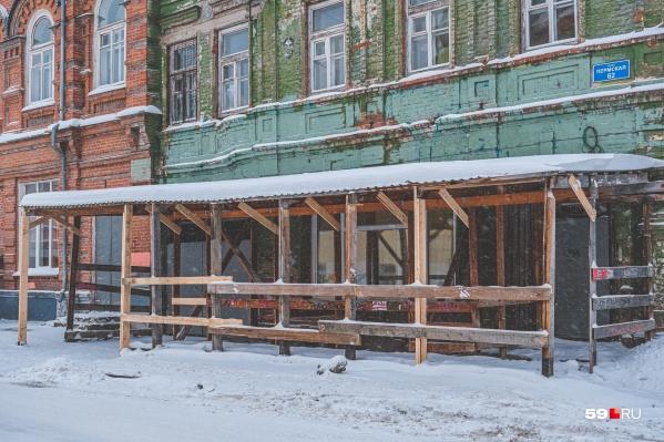 Такие переходы ставят рядом со стройкой или домом, где делают капремонт