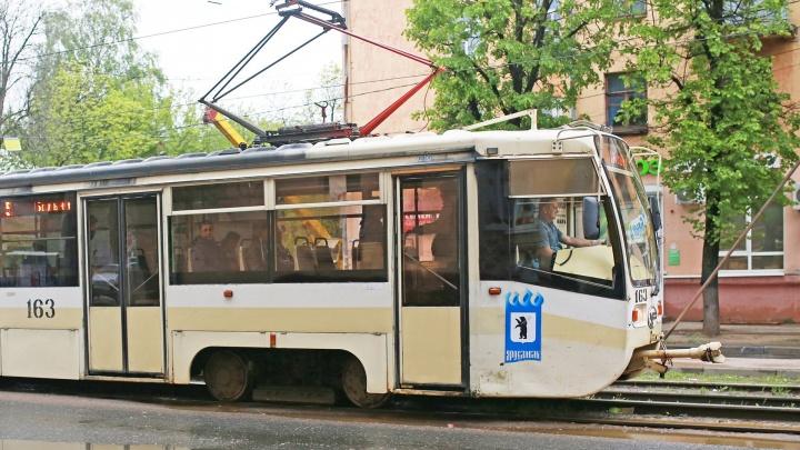 «Поехала дальше, как ни в чем не бывало»: в Ярославле двух мам с колясками придавило дверьми трамвая