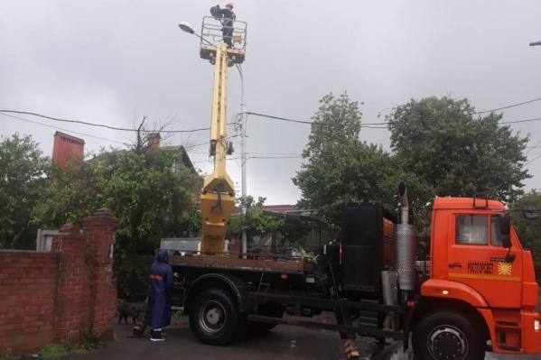 Электрики борются с последствиями ливня