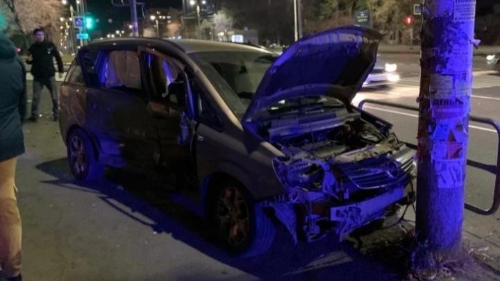 В ДТП около остановки на Комсомольском проспекте пострадали четыре человека