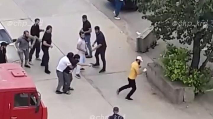 В Краснодаре мужчины устроили драку со стрельбой. В полиции считают, что всё было мирно