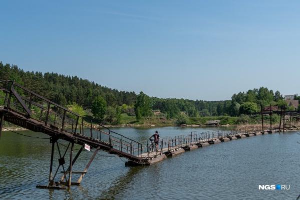 Дорога к дачам от маршруток идет по понтонному мосту — выглядит очень живописно