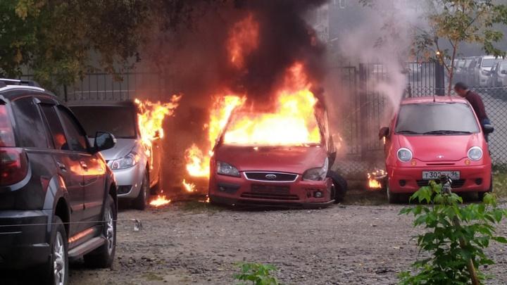 В Пионерском на парковке вспыхнула машина без номеров