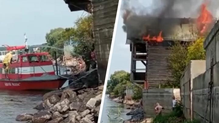 В Мочище загорелись дачные домики — спасателям пришлось отправить на место пожарный катер